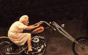 vecchia in moto